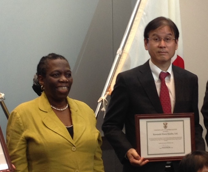 left: Ms. Mbele, Minister Plenipotentiary, Embassy of the Republic of South Africa,<br/>right: Mr. Yamauchi, Managing Executive Officer, Kawasaki Kisen Kaisha, Ltd.